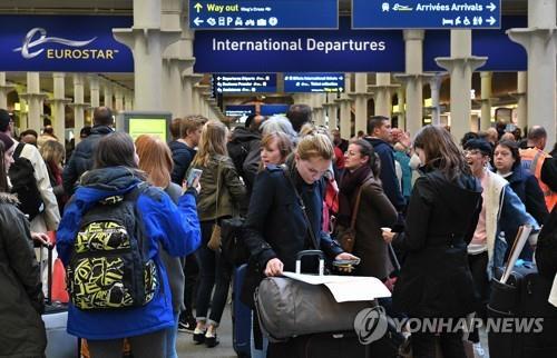 런던 세인트 팬크러스역의 유로스타 터미널이 승객으로 북적이고 있다. [AFP=연합뉴스]