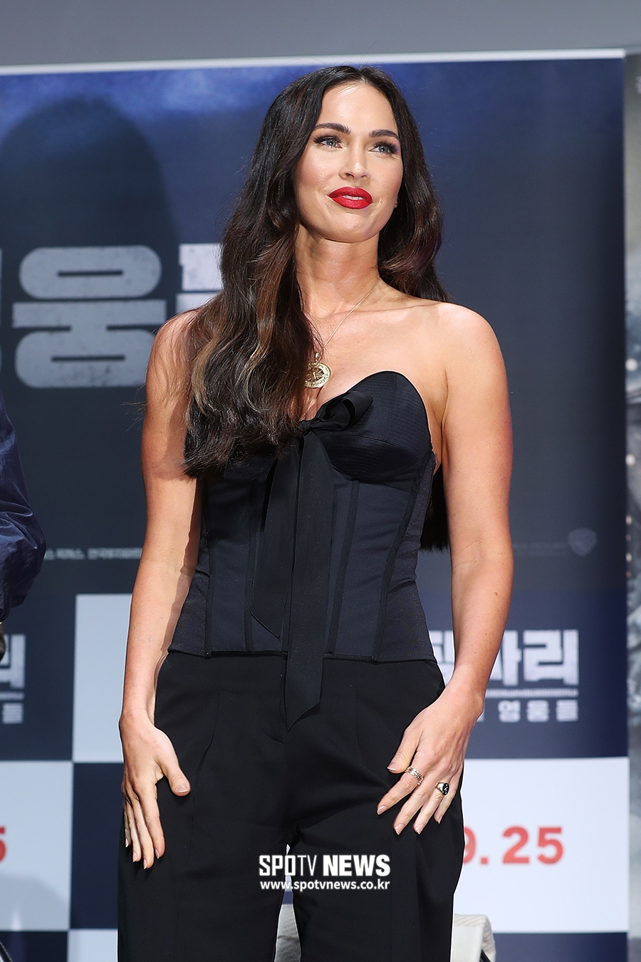 <p> The movie Changsha and: the forgotten heroes production report meeting is 21 am Seoul Gangnam District, Apgujeong CGV in the open. Megan Fox is a greeting to God.</p>