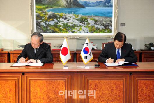 지난 2016년 11월 23일 한민구(왼쪽) 당시 국방부 장관과 나가미네 야스마사 주한 일본대사가 서울 국방부 청사에서 한일 군사비밀정보보호협정(GSOMIA)에 서명하고 있다. [사진=국방부 제공]