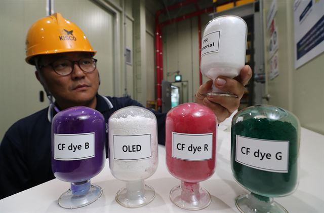 인천 서구에 위치한 정밀 화학제품 개발업체 경인양행 관계자가 생산제품을 들어 보이고 있다. 경인양행은 일본이 수출 규제 품목으로 지정한 포토레지스트 핵심소재를 생산하는 국내 중견기업이다. 뉴시스.