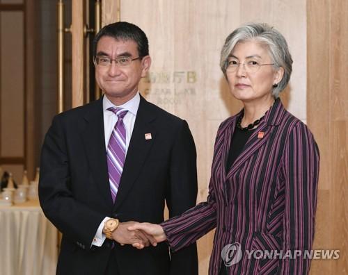 베이징에서 만난 한·일 외교장관 (베이징 교도=연합뉴스) = 21일 오전 중국 베이징(北京) 구베이수이전(古北水鎭)에서