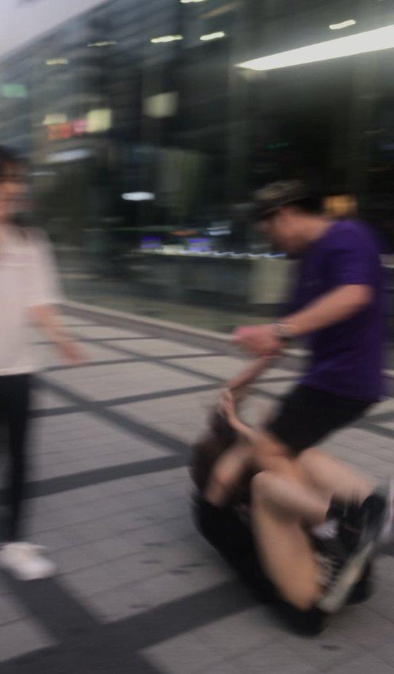 일본인 관광객 A씨가 한국인 남성에게 폭행을 당하고 있다. [사진 트위터]