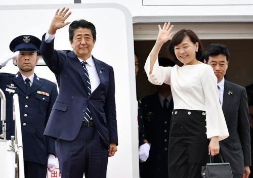 (도쿄 교도=연합뉴스) 아베 신조 일본 총리가 23일 부인 아키에 여사와 함께 프랑스에서 열리는 선진 7개국(G7) 정상회의 참석을 위해 전용기편으로 하네다공항에서 출국하기에 앞서 손을 들어 인사하고 있다.