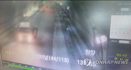 술 취해 방향 잃자 고속도로 터널서 역주행 (춘천=연합뉴스) 술에 취해 3.5t 화물차를 몰고 서울양양고속도로를 운행하다가 국내 최장 인제터널을 역주행한 40대 운전자가 23일 경찰에 적발됐다. 사진은 화물차 운전자가 인제터널 안에서 방향을 틀어 3㎞가량을 역주행하는 장면이 고속도로 폐쇄회로(CC)TV에 찍혔다. 당시 이 운전자의 혈중알코올농도는 0.186%로 만취 상태였다고 경찰은 밝혔다. 2019.8.23 [강원지방경찰청 제공.재판매 및 DB 금지] <a href=mailto:jlee@yna.co.kr>jlee@yna.co.kr</a>