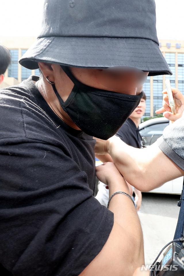 【서울=뉴시스】김병문 기자 = 온라인상에서 논란이 된 일본인 여성 위협·폭행 영상과 사진에 등장하는 남성이 24일 오후 서울 마포경찰서에서 조사를 마치고 경찰서를 나서고 있다. 2019.08.24.   dadazon@newsis.com
