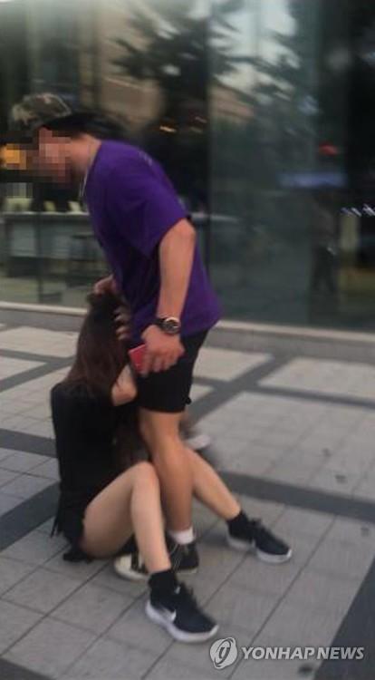 일본 여성 폭행하는 한국 남성 영상 확산 (서울=연합뉴스) 한국인 남성이 국내에서 일본인 여성을 위협하고 폭행하는 정황이 담긴 동영상과 사진이 인터넷에서 퍼지자 경찰이 진위 파악과 영상 속 남성 추적에 나섰다.       서울 마포경찰서는 '홍대 앞에서 일본 여성이 한국 남성에게 폭언·폭행당하는 영상과 사진이 사회관계망서비스(SNS)에 올라왔다'는 신고가 접수돼 해당 남성을 추적하고 있다고 24일 밝혔다. 2019.8.24 [트위터 캡처. 재판매 및 DB 금지] photo@yna.co.kr