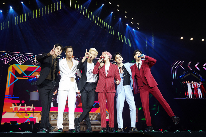 <p>EXO fifth solo Concert 'EXO Planet #5 - Explorer options - in Manila for the last 8 23~24, Philippines Manila Mall of Asia Arena in unfolded, and EXOs colorful music and performance, engaging with high-quality performances as the audience was enthusiastic.</p><p>Especially for this Concert is approximately 1 year and 4 months in the open EXOs Manila solo Concert as much as it is, the first scheduled for 1 gig local fanss heated response with a ticket Open at the same time sold records, 1 times to add a total of 2 circuits spread EXOs high popularity once again confirmed the application had.</p><p>'Tempo'to this performance of because EXO is 'growl', 'addiction', 'CALL ME BABY', 'Monster', including the mega-hit song from 'Love Shot', 'touch the moment', 'Gravity', 'after the storm', 'Damage', such as the regular 5 home and repackage album tracklist stage, each with a different personality filled solo and unit stage up to a total of 23 songs to explosive Cheers was obtained.</p><p>The audience filled the audience Philippines national flag colors of yellow, red, blue, white 4 kinds of color dress code by wearing tailored LED cheer Bong-waving performances enthusiastically enjoyed, Of course, 'IN THE NAME OF Love, EXO'(in the name of love, EXO), 'EXO Mahal kita'(EXO love)the phrase contains the slogan, the event also featured the heart-warming, including more.</p><p>EXO 9 15 Singapore Indore Stadium in 'EXO Planet #5 - Explorer options - in Manila'to be held.</p><p>Hyun-select</p>