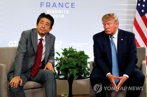 프랑스 비아리츠 G7 정상회담에 참석한 도널드 트럼프 미국 대통령(오른쪽)과 아베 신조 일본 총리가 단독 정상회담 자리에서 각자 다른 곳을 바라보고 있다. [로이터=연합뉴스]