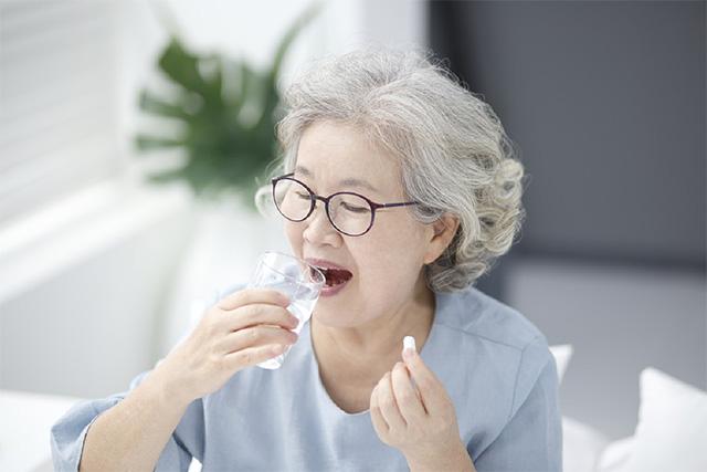 노인은 약을 삼킬 때 질식 우려가 있으니 더욱 조심해야 한다./사진=클립아트코리아