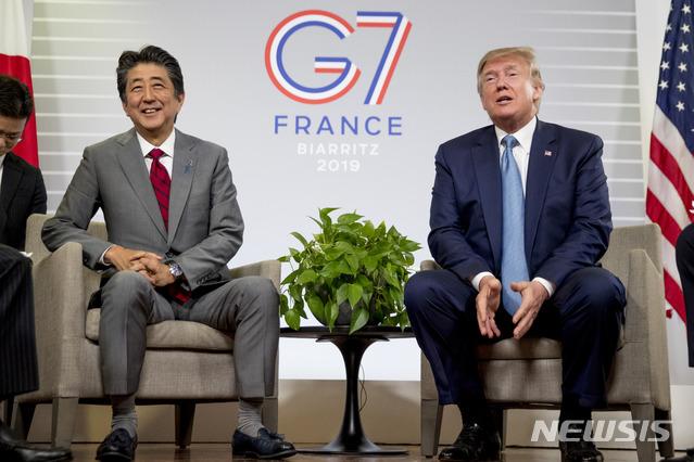 【비아리츠=AP/뉴시스】도널드 트럼프 미국 대통령(오른쪽)과 아베 신조 일본 총리(왼쪽)이 25일(현지시간) 프랑스 비아리츠에서 열린 주요 7개국(G7) 정상회의에서 만난 뒤 기자회견을 열고 미일 무역협정의 원칙에 합의했다고 말하고 있다. 2019.08.26.