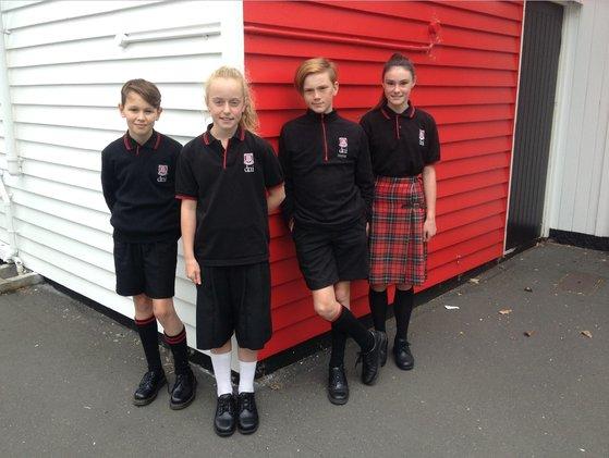 뉴질랜드 남섬에 위치한 드네딘노스 중학교의 성중립 교복. 남녀 학생이 같은 카라티에 반바지를 입고 있다. [사진 드네딘노스중학교]