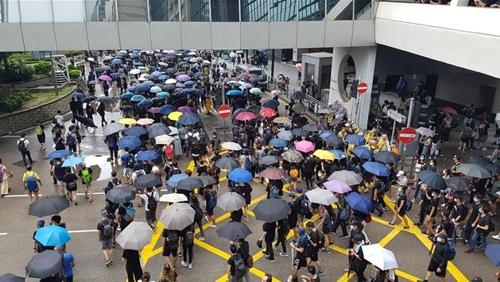'우산'을 쓴 채 행진하는 홍콩 시위대 (홍콩=연합뉴스) 안승섭 특파원 = 31일 송환법 반대 시위에 나온 시위 참가자들이 '우산 혁명'의 상징인 우산을 쓴 채 행진하고 있다. 2019.8.31.    ssahn@yna.co.kr