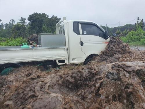 제주에 내린 폭우로 침수된 트럭[제주 동부소방서 제공. 재판매 및 DB 금지]