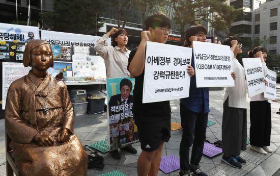 반아베 반일 청년학생공동행동 회원들이 지난달 17일 오후 서울 종로구 구 일본대사관 앞에서 열린 '한일 위안부 합의 규탄 문화제'에서 구호를 외치고 있다. 뉴시스