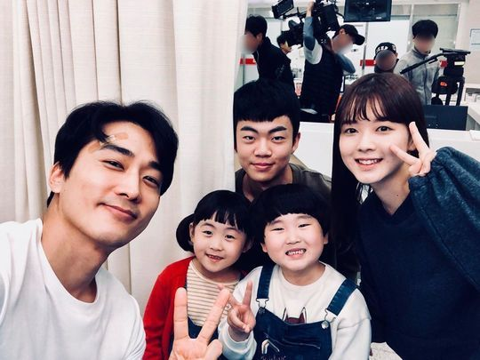 <p>Actor Song Seung-heon this to brag, but to arm with dads side exposed.</p><p>Song Seung-heon is 9 December 3 our The Big Lebowski cute they calledWriting With Pictures unveiled.</p><p>In the picture, the handsome Song Seung-heon, along with the drama Great showStarring the Actor songs of, Jung Jun Park, Museum of art, or great, bright smiles are. 4 children are the Song Seung-heon of the child as they appeared.</p><p>Meanwhile, Song Seung-heon and children of Kemi is compelling tvN drama Great showevery week on Sunday at 9: 30pm broadcast.</p>