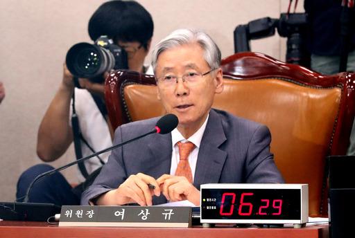 여상규 국회 법사위원장이 6일 조국 법무부 장관 후보자 인사청문회에서 질의하고 있다.연합뉴스