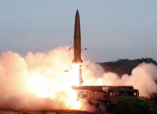 """합동참모본부는 10일 """"우리 군은 오늘 오전 6시 53분경, 오전 7시 12분경 북한이 평안남도 개천 일대에서 동쪽으로 발사한 미상의 단거리 발사체 2발을 포착했다""""고 밝혔다.     이번에 발사한 발사체의 최대 비행거리는 약 330㎞로 탐지됐다.     사진은 지난 7월 26일 '북한판 에이태킴스'로 불리는 단거리 탄도미사일이 표적을 향해 비행하는 모습. [국내에서만 사용가능."""