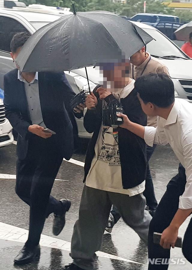 【서울=뉴시스】 안채원 기자 = 장제원 자유한국당 의원 아들인 래퍼 장용준(19·활동명 '노엘')씨 음주운전 의혹에 휩싸인 가운데, 장씨 대신 운전했다고 허위 진술한 남성이 10일 오후 서울 마포경찰서에 피의자 신분으로 조사를 받으러 출석하고 있다. 2019.09.10. newkid@newsis.com