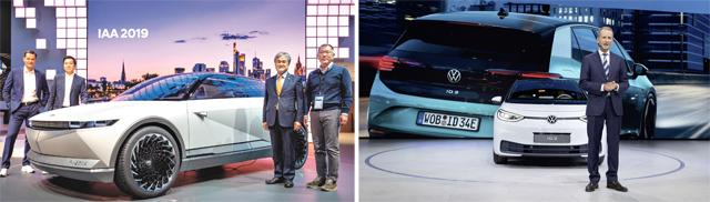 정의선 현대자동차그룹 수석부회장(왼쪽 사진 오른쪽)이 10일 '제68회 프랑크푸르트 모터쇼(IAA)'에 참석해 현대차의 전기차 콘셉트카(사전 제작 차량) '45'를 공개했다. 헤르베이트 디스 폭스바겐그룹 회장도 'MEB 플랫폼'으로 만든 첫 양산형 전기차인 'ID.3'를 소개하고 있다. 폭스바겐·현대자동차 제공