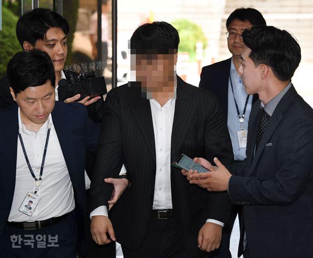 조국 법무부 장관 가족이 투자한 사모펀드 운용사인 코링크프라이빗에쿼티(코링크PE) 이모 대표가 11일 오전 구속 전 피의자 심문(영장실질심사)을 받기 위해 서초구 서울중앙지법으로 들어서고 있다. 홍인기 기자