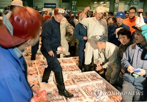 후쿠시마 어민들이 시험조업으로 잡은 수산물을 후쿠시마현 이와키시 중앙경매시장에서 경매하는 장면. [교도=연합뉴스 자료사진]
