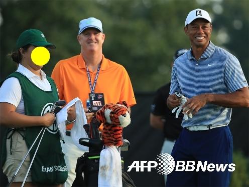 골프의 왕도를 보여준 타이거 우즈. 우즈가 2019년 8월 PGA 투어 BMW 챔피언십 프로암 캐디와 자신의 캐디 조 라카바와 함께한 모습이다. ⓒAFPBBNews = News1