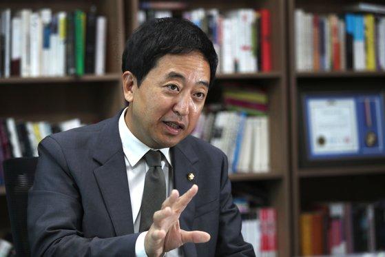 금태섭 더불어민주당 의원이 11일 국회 의원회관 사무실에서 인터뷰하고 있다. 금 의원은