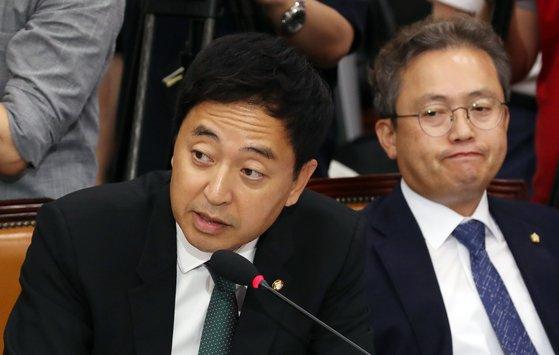6일 오전 서울 여의도 국회에서 열린 조국 법무부 장관 후보자 인사청문회에서 더불어민주당 금태섭 의원(왼쪽)이 질문하고 있다. 금 의원은 11일 인터뷰에서