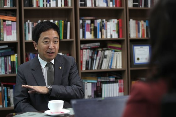 금 의원은 서울대 대학원 재학 시절 조 장관을 지도교수로 모시며