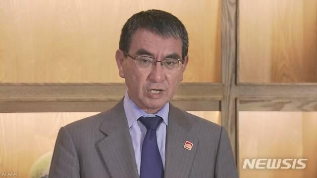 【서울=뉴시스】고노 다로(河野太郞) 일본 외상이 20일 베이징에서 기자회견을 하고 있다. 고노 외상은 21일 열리는 한일 외교장관 회담 때 징용을 둘러싼 문제에 한국 정부의 신속한 대응을 거듭 요구할 것이라고 말했다. <사진 출처 : NHK> 2019.8.20