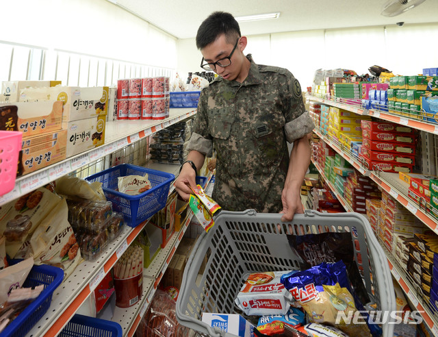 【서울=뉴시스】장병이 군마트(PX)에서 간식거리를 고르고 있다. (뉴시스DB)