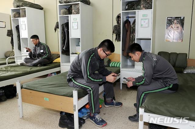 【서울=뉴시스】장병들이 생활관에서 휴대전화를 사용하며 휴식을 취하고 있다. (뉴시스DB)