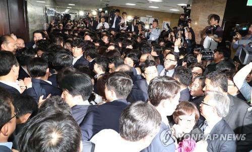 아수라장 된 국회 [연합뉴스 자료사진]