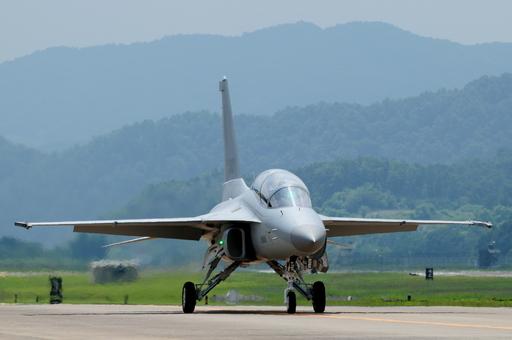 공군 FA-50 경공격기가 활주로를 통해 격납고로 이동하고 있다. 공군 제공