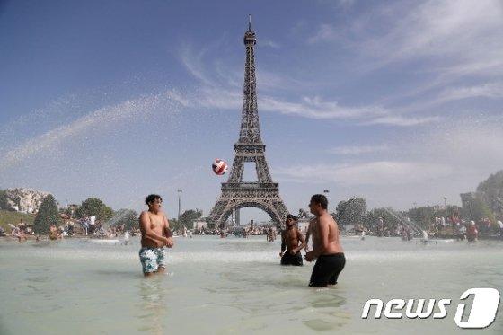 프랑스 파리 에펠탑 앞에서 더위를 식히는 시민들./사진=AFP뉴스1