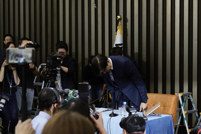 ▲ 조국 법무부장관이 후보자 시절 기자회견을 열고 각종 논란에 대한 사과의 의미로 고개를 숙이고 있다. ⓒ프레시안(최형락)