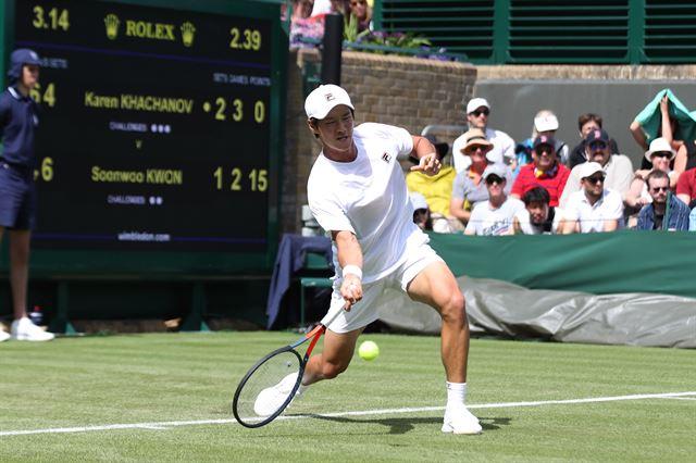 권순우가 지난달 1일 영국 런던 윔블던의 올잉글랜드클럽 18번 코트에서 열린 윔블던 테니스대회 남자 단식 1회전 경기를 펼치고 있다. 대한테니스협회 제공