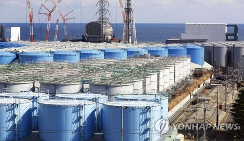후쿠시마 원전 부지의 오염수 탱크 후쿠시마 제1원전 부지에 오염수를 담아둔 대형 물탱크가 늘어져 있는 모습. 2019년 2월 촬영. [교도=연합뉴스 자료사진]