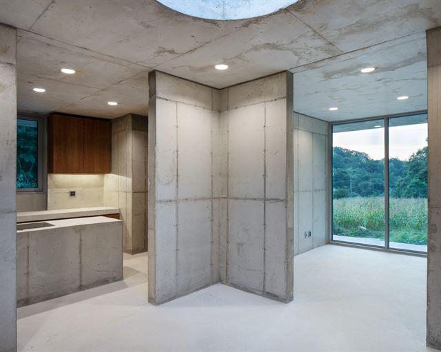 집은 가로세로 3.6m 크기의 아홉 칸으로 나뉘어져 있다. 외부와 동일하게 내부도 노출 콘크리트다. 각 방은 최소 3개 이상의 창과 문이 있어 서로 긴밀하게 연결된다. ©노경 건축사진작가