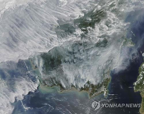 미항공우주국(NASA) 아쿠아 위성이 촬영한 인니 산불 지역서 나오는 연기 [AFP=연합뉴스]