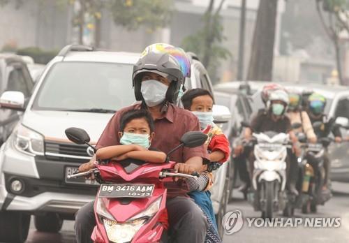 인니 산불 연기로 마스크 착용한 주민들 [EPA=연합뉴스]