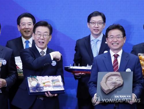 2018년 지방자치의 날 기념식 참석한 이재명-김경수 지사 [연합뉴스 자료사진. 재판매 및 DB 금지]