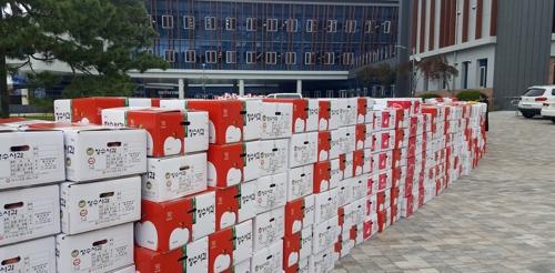 장수군청 앞에 쌓인 사과 상자 촬영 : 김동철 기자