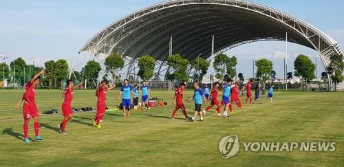 베트남 U-22 축구대표팀 훈련시키는 박항서 감독 [연합뉴스 자료 사진]
