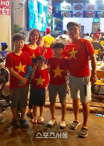호치민에 거주하는 박홍표씨 가족이 지난 아시안컵 경기를 앞두고 베트남을 응원하고 있다. 제공   박홍표