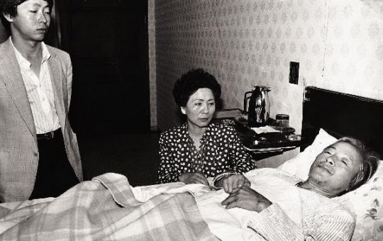 김영삼 전 대통령이 1983년 전두환 정권에 민주화를 요구하며 목숨을 건 단식을 하고 있다. 한겨레 자료사진
