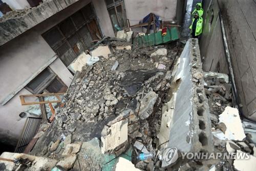 주택 붕괴 와르르 1명 사망 (부산=연합뉴스) 조정호 기자 = 제17호 태풍 '타파'가 북상 중인 22일 부산 부산진구 부전동에 있는 한 2층 주택이 무너져 있다. 이 사고로 집 안에 있던 70대 여성이 매몰돼 숨졌다. 2019.9.22 ccho@yna.co.kr