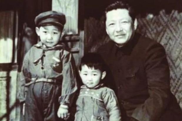 오른쪽이 시중쉰, 왼쪽이 시진핑, 가운데는 시진핑의 동생 시웬핑이다. - 바이두 갈무리