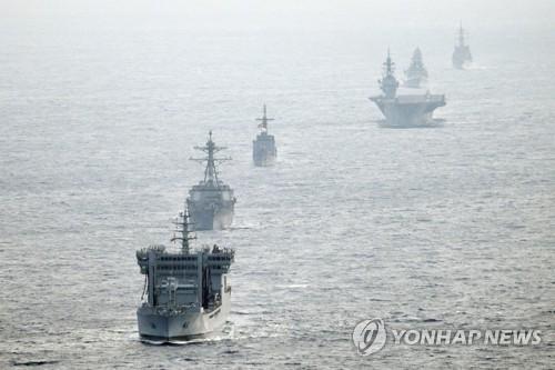 지난 5월 미국과 일본, 필리핀, 인도 등 4개국 군함이 지난 2~8일 영유권 분쟁해역인 남중국해를 항행하는 연합훈련을 하는 모습. 일본 해상자위대 촬영 [미 해군 7함대 홈페이지 제공]