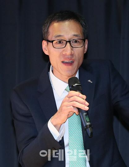 [이데일리 노진환 기자] 2019 이데일리 부동산 투자포럼이 25일 서울 중구 통일로 KG타워에서 열렸다. 이병탁 신한은행 부동산투자자문센터 팀장이 '늘어난 세부담, 절세노하우'를 주제로 강연하고 있다.